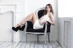 Colpo di alta moda di giovane bella donna in breve vestito bianco Fotografie Stock Libere da Diritti