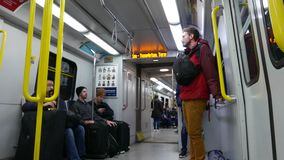 Colpo di angolo basso della gente che prende skytrain a Vancouver stock footage