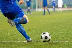 Colpo di azione di calcio (gioco del calcio) Immagini Stock