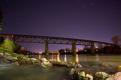 Colpo di notte del cavalletto del treno sopra il fiume Sacramento in Redding, CA immagine stock libera da diritti