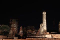 Colpo di notte di piccolo stupa incompleto nelle rovine del resti antico al tempio di Wat Mahathat immagini stock