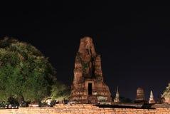 Colpo di notte di piccolo stupa incompleto nelle rovine del resti antico al tempio di Wat Mahathat fotografia stock