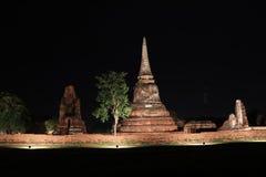 Colpo di notte di piccolo stupa incompleto nelle rovine del resti antico al tempio di Wat Mahathat fotografia stock libera da diritti