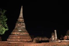 Colpo di notte di piccolo stupa incompleto nelle rovine del resti antico al tempio di Wat Mahathat immagini stock libere da diritti