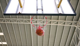 Colpo di pallacanestro attraverso il cerchio Immagine Stock Libera da Diritti