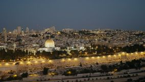 Colpo di primo mattino del Temple Mount e della cupola della moschea della roccia dal monte degli Ulivi a Gerusalemme stock footage