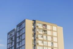 Colpo di prospettiva di costruzione moderna costruita di rinforzo urbana alta con il cielo blu a Smirne alla Turchia ad estate Fotografie Stock Libere da Diritti