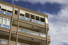 Colpo di prospettiva di costruzione moderna costruita di rinforzo urbana con il cielo blu a Smirne alla Turchia fotografia stock