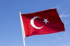 Colpo di prospettiva della bandiera d'ondeggiamento variopinta del turco con il fondo blu del cielo aperto a Smirne in Turchia fotografie stock
