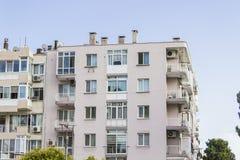 Colpo di prospettiva di vecchia costruzione moderna costruita di rinforzo urbana con il cielo blu a Smirne alla Turchia fotografia stock libera da diritti