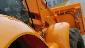 Colpo di rifocalizzazione del trattore stock footage
