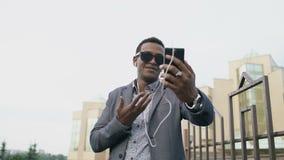 Colpo di Stedicam dell'uomo d'affari della corsa mista che ha video chiacchierata online nell'incontro di affari facendo uso dell video d archivio
