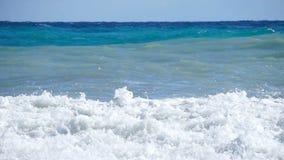 Colpo di superficie del mare con la camma statica, belle onde, ciclo senza cuciture, alta definizione archivi video