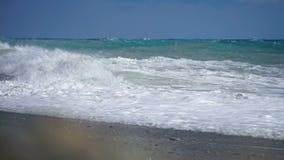 Colpo di superficie del mare con la camma statica, belle onde, ciclo senza cuciture, alta definizione Suono originale archivi video