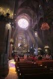Colpo di verticale della massa di mattina della cattedrale di Palma de MallorcaFotografie Stock