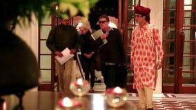 Colpo fissato del personale dell'hotel che accoglie favorevolmente gli ospiti all'hotel Amar Villas, Agra, Uttar Pradesh, India
