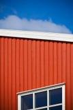 Colpo geometrico della parete della casa sul fondo del cielo Immagine Stock Libera da Diritti