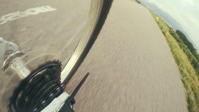 colpo grandangolare del metraggio 4k da una macchina fotografica allegata alla struttura della bicicletta video d archivio