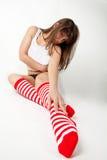 Colpo grandangolare della ragazza sveglia nei calzini del ginocchio Fotografia Stock