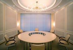 Colpo grandangolare della sala per conferenze vuota di riunione Fotografia Stock