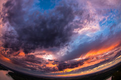 Colpo grandangolare di bello tramonto immagine stock
