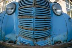Colpo grandangolare di vecchia automobile d'annata della parte anteriore Fotografia Stock