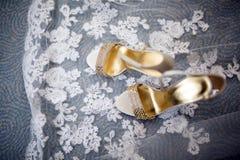 Colpo grazioso delle scarpe e del vestito da sposa di nozze Fotografia Stock