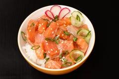 Colpo hawaiano con il salmone ed i semi di sesamo, riso bollito, c fresca fotografia stock libera da diritti
