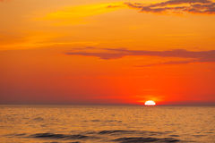 Colpo idilliaco del tramonto dal mare immagine stock