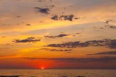 Colpo idilliaco del tramonto dal mare fotografia stock