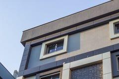 Colpo inferiore di prospettiva di costruzione moderna costruita di rinforzo urbana con il cielo blu a Smirne alla Turchia fotografie stock libere da diritti