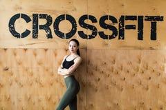 Colpo integrale della giovane donna sicura prima della formazione nella palestra del crossfit Fotografie Stock Libere da Diritti