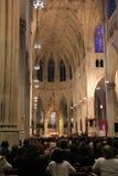 Colpo interno della gente che prega durante i servizi, la cattedrale di St Patrick, NYC, 2015 Fotografie Stock Libere da Diritti