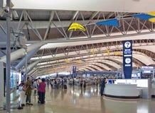 Colpo interno dentro il terminale di partenza del passeggero, aeroporto internazionale di Kansai, Osaka, Giappone Fotografia Stock Libera da Diritti