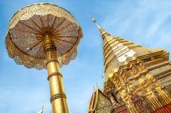 Colpo interno di Wihan Lai Kham a Wat Phra Singh, Chiang Mai, Tailandia Immagini Stock Libere da Diritti