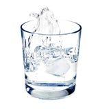 Colpo isolato di acqua che spruzza nell'i glas Fotografie Stock Libere da Diritti