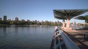 Colpo 4K del carrello di argine di False Creek UHD archivi video