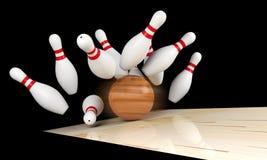 Colpo lanciante, birillo sparso e palla da bowling sul vicolo di bowling con mosso su palla da bowling Immagini Stock