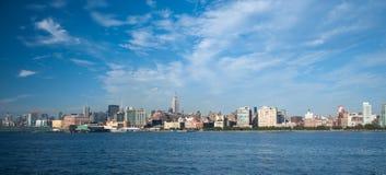 Colpo largo dell'orizzonte di New York City Immagini Stock