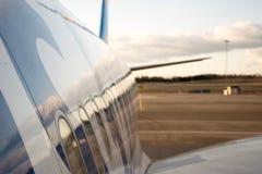 Colpo laterale di Airbus 330 con il grembiule e cielo nei precedenti Immagini Stock