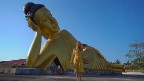 Colpo lento di un viaggiatore della giovane donna che visita il tempio di Wat Srisoonthorn con una statua del Buddha di menzogne  video d archivio