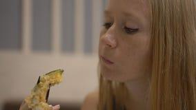 Colpo lento di una giovane donna che enjoing alimento giapponese in un ristorante video d archivio