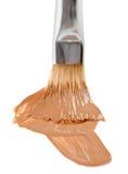 Colpo liquido beige di trucco del fondamento con la spazzola Immagini Stock