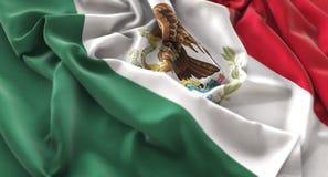 Colpo macro meravigliosamente d'ondeggiamento del primo piano increspato bandiera del Messico immagine stock libera da diritti