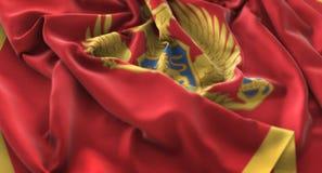 Colpo macro meravigliosamente d'ondeggiamento del primo piano increspato bandiera del Montenegro fotografia stock libera da diritti