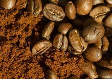 Colpo a macroistruzione dei chicchi di caffè Fotografia Stock