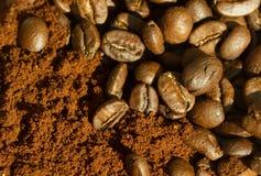 Colpo a macroistruzione dei chicchi di caffè Fotografie Stock Libere da Diritti