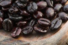 Colpo a macroistruzione dei chicchi di caffè arrostiti Immagine Stock