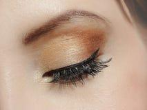 Colpo a macroistruzione dell'occhio con trucco marrone Fotografia Stock