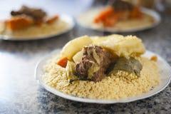 Colpo marocchino tradizionale del cuscus dell'alimento di accensione naturale fotografie stock